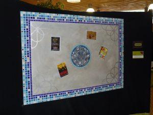 Tableau magnétique bordé de mosaïque d'inspiration arabe